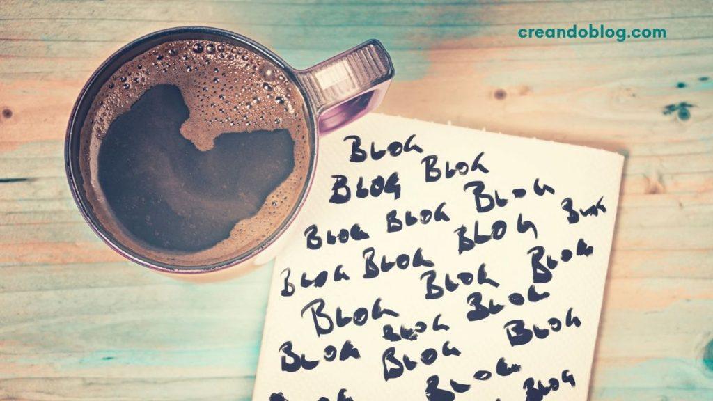 Imagen con taza de café y papel con la palabra blog muchas veces: decidir temas para blogs